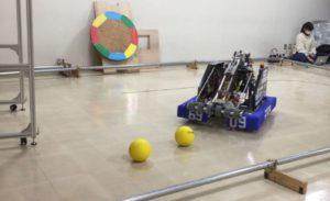 柵の中のボールとロボット